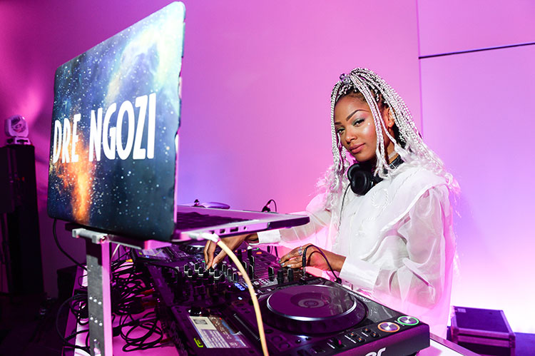 DJ Dre Ngozi with her laptop and turntables